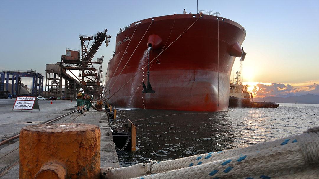 El barco atracó en la tarde del 1 de junio en el atracadero 214, uno de los 3 que componen el corredor de exportación, para ser cargado desde 3 terminales. Foto: Claudio Neves