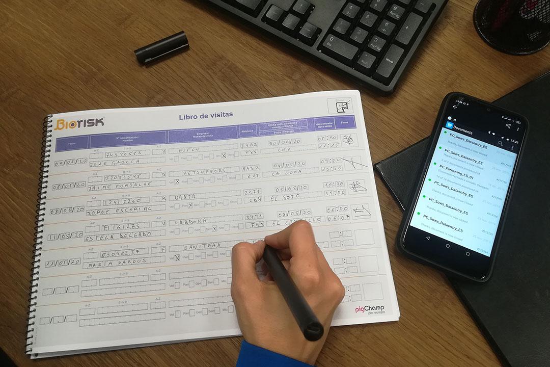Un bolígrafo digital y un teléfono inteligente se pueden utilizar con un libro de visitas para una solución fácil de generar información útil en la granja. Foto: Carlos Piñeiro