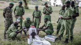 Funcionarios del Servicio Nacional de la Juventud inspeccionan algunos instrumentos de fumigación durante un curso de capacitación en materia de lucha contra la langosta del desierto en el Colegio de Capacitación del Servicio Nacional de la Juventud de Kenya, en Gilgil (Kenya). Foto: FAO/Luis Tato