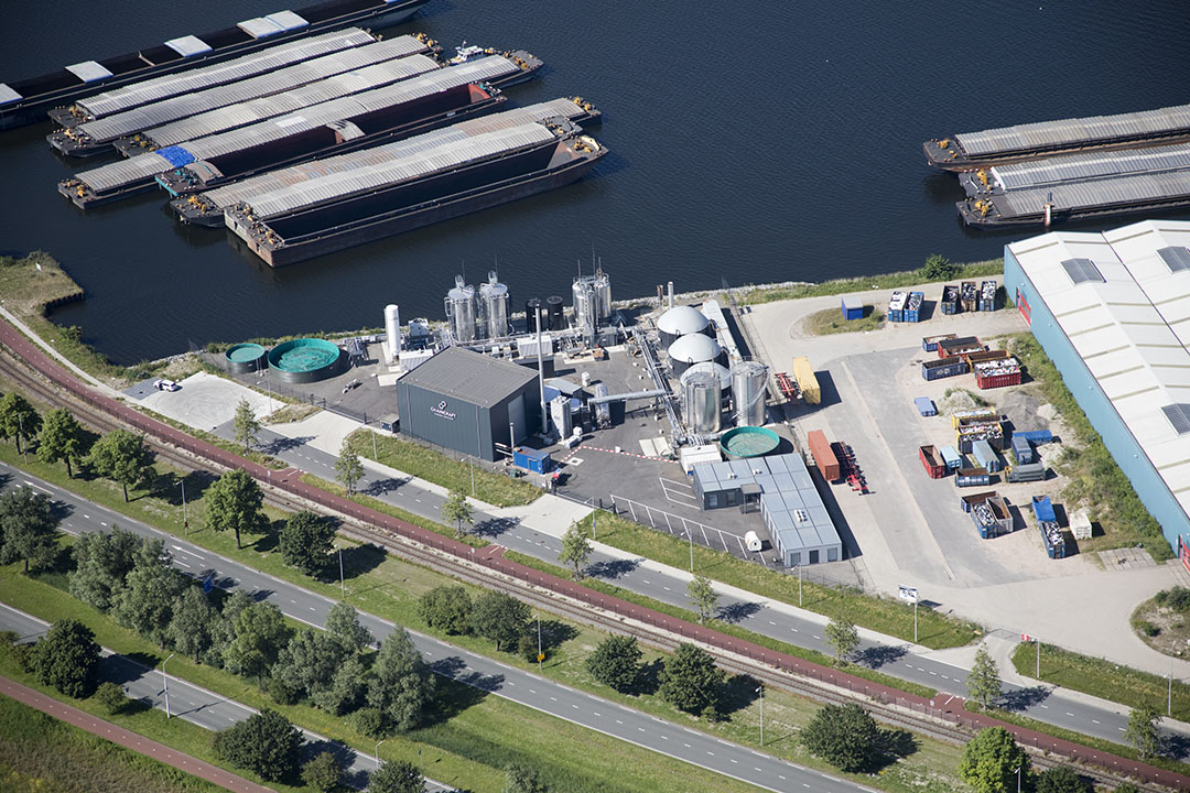 Todo comenzó en la UR de Wageningen, en el laboratorio de la universidad, donde se inventó una tecnología de fermentación. Hoy en día, en la fábrica actual, 20.000 t de residuos orgánicos pueden ser procesados en 2.000 t de una mezcla de ácidos grasos C2-C8. Fotos: ChainCraft