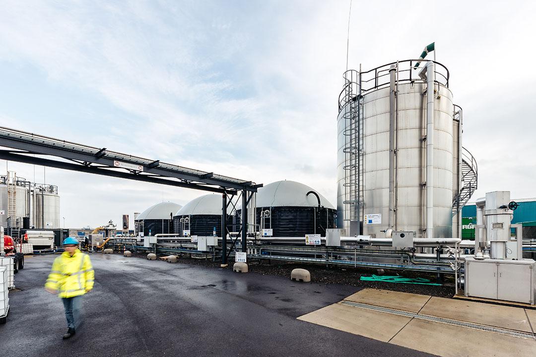 Los flujos de residuos orgánicos provienen de las instalaciones locales de procesamiento de frutas y verduras y se almacenan en los reactores. Foto: CrainCraft