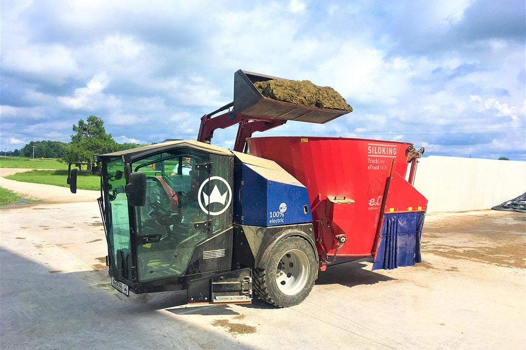 El mezclador de alimentación de 8 m³ Siloking eTruck TMR. Crédito de la foto: Reto Ammann, Siloking