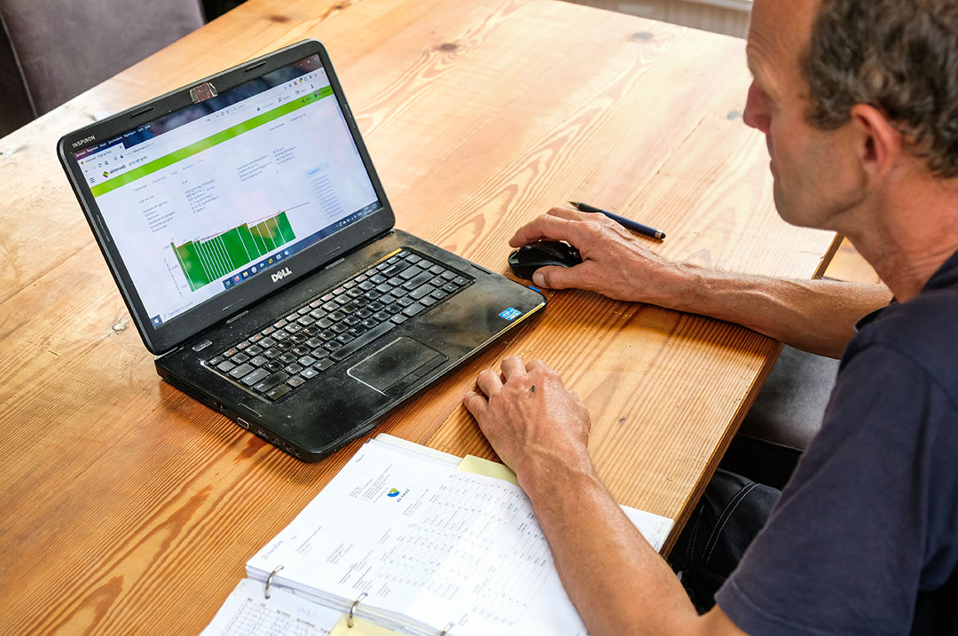 Todos los datos van a la computadora que lleva un registro del crecimiento de la hierba y hace una predicción del futuro crecimiento de la hierba. Foto: Jan Willem van Vliet