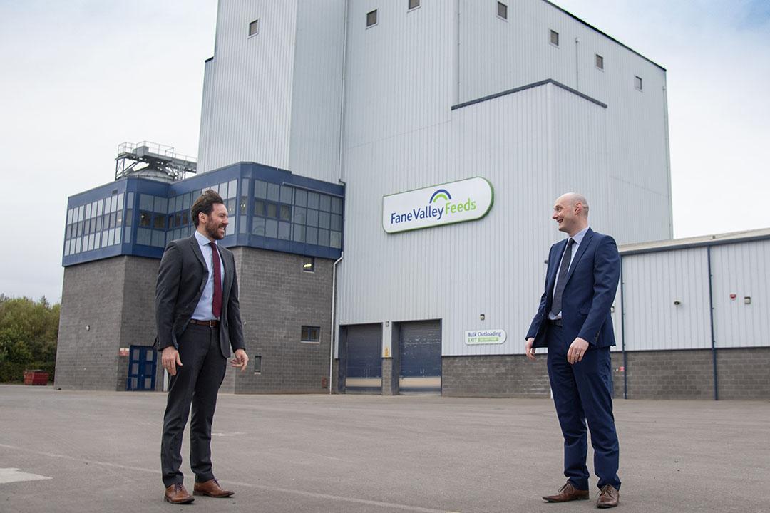 Jamie Cunningham, gerente de cuentas clave de SGN Natural Gas (izquierda) en la foto con Ronan McCanny, director de operaciones de Fane Valley Feeds, en el sitio de Omagh. Foto: Fotografía de Jason McCartan