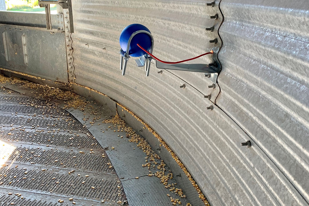Una Bola Sensorial TeleSense en una unidad de almacenamiento. El SensorBall recoge datos de temperatura y humedad. Estos datos son luego transmitidos a la nube, analizados usando algoritmos de aprendizaje de máquina, y fácilmente disponibles para el usuario a través de la Aplicación TeleSense. - Foto: TeleSense