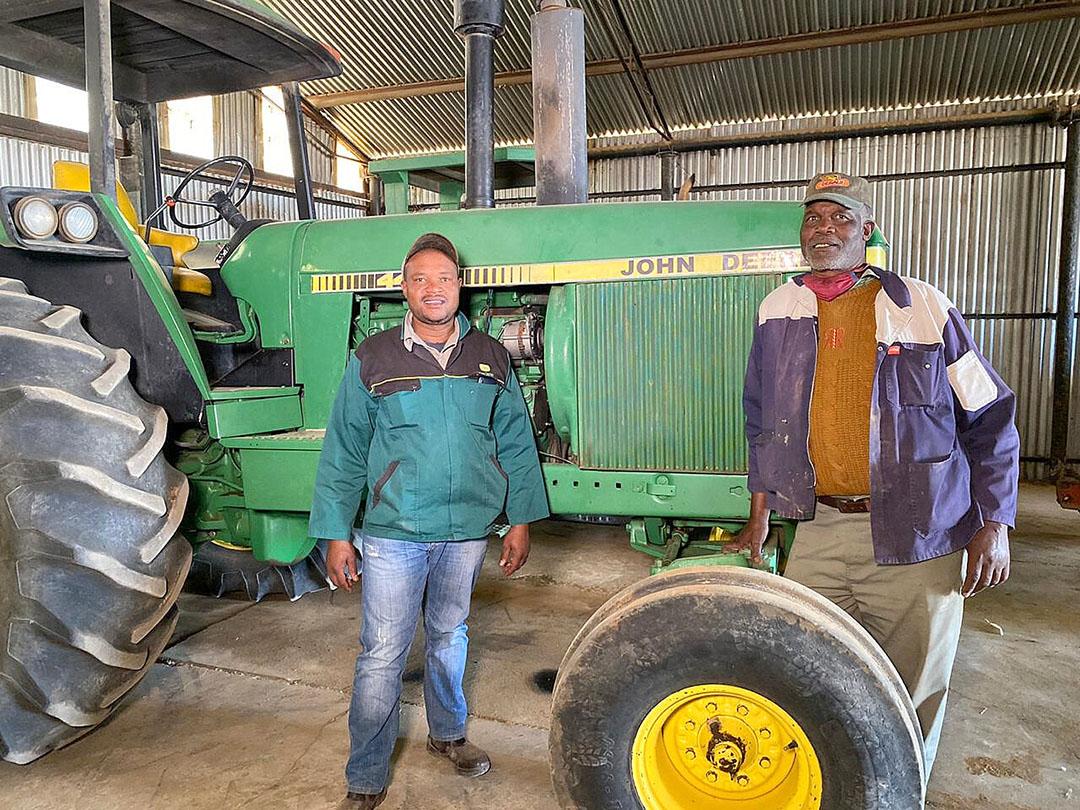 Clifford y su padre, Koos, en su granja en el Estado Libre, Sudáfrica. Foto: Chris McCullough