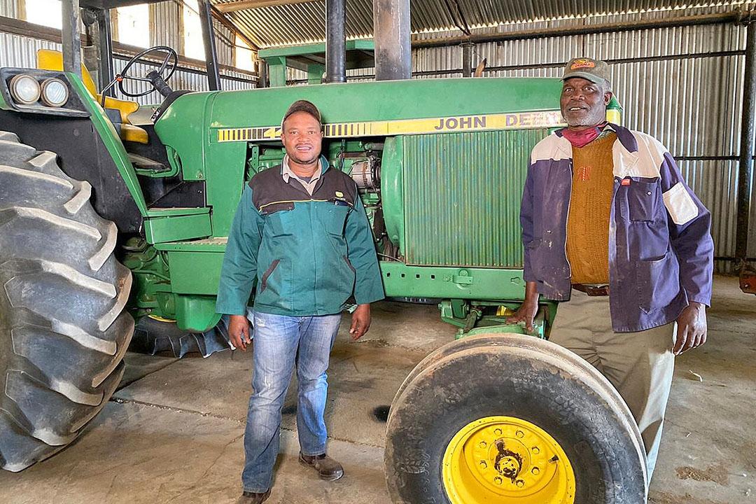 Clifford Mthimkulu con su padre Koos en su granja en Sudáfrica. Foto: Chris McCullough