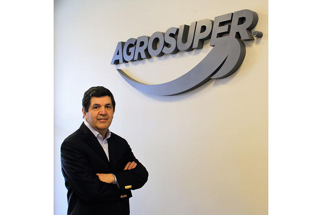Después de completar su licenciatura en ciencias veterinarias, el Dr. Wolfgang Peralta comenzó a trabajar en Agrosuper como veterinario en 1985. Foto: Agrosuper