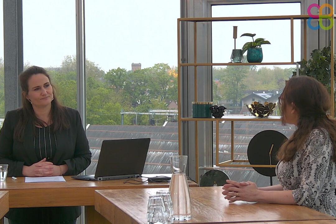 Regiane Santos, investigadora de Schothorst Feed Research, habla de la transmisión de micotoxinas de la cerda al lechón, con la editora de All About Feed, Marieke Ploegmakers