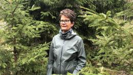 La profesora Margareth Øverland, jefa de Alimentos de Noruega, se encuentra entre las especies de árboles Picea abies, o el abeto noruego. Foto: Margareth Øverland